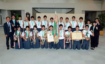 全国大会での活躍を報告に訪れた青森山田中の選手たち