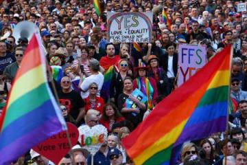 10日、オーストラリア・シドニーで同性婚の是非を問う郵便投票に賛成するよう呼び掛けるデモ参加者(ゲッティ=共同)