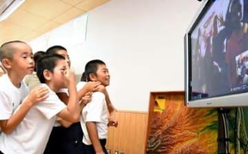 写真説明オーストラリアの小学生と画面越しに会話を交わした大浦小の子どもたち=太良町の同校