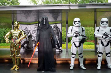 スター・ウォーズのヒット祈願に登場した人気キャラクターの(左から)「C-3PO」や「カイロ・レン」ら。後ろはこの日披露された屏風=12日午前8時20分、宇治市宇治・平等院ミュージアム鳳翔館