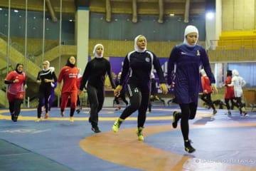 イランでレスリングを指導する伊調馨選手(右端)