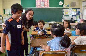 フィリピン人教師が指導し、日常的に英語に触れる授業に臨んだ=境小学校