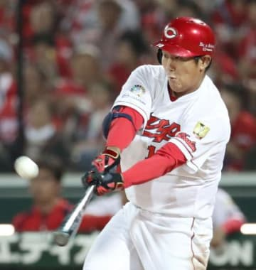 6回広島1死二、三塁、岩本が右前に2点打を放つ=マツダ