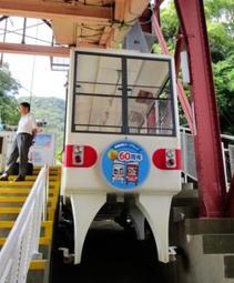 開業60周年記念のヘッドマークを付けて運行する「うみひこ」(山陽電気鉄道提供)