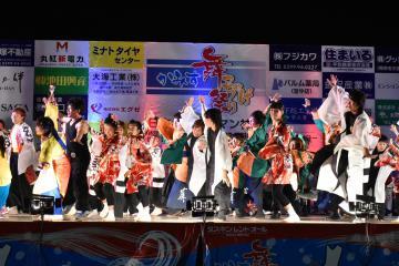 各チームの踊り手が集い演舞する「総乱舞」=神栖市木崎
