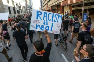 15日、米ミズーリ州セントルイスで抗議デモに参加した人々(ロイター=共同)
