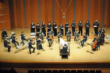 30回目の東京公演で演奏を披露する弘前バッハアンサンブル=東京の紀尾井ホール