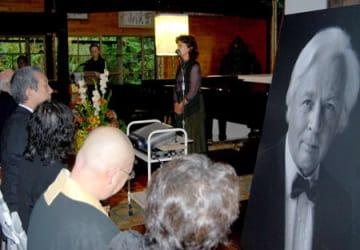 エルンスト・ザイラーさんの写真が飾られたかやぶき音楽堂で、在りし日の思い出などを語る和子さん(京都府南丹市日吉町)