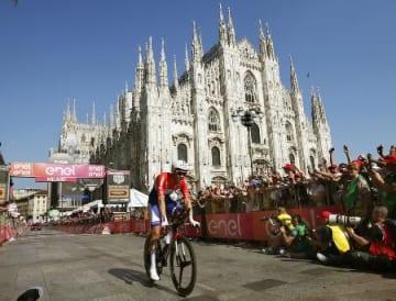 ジロ・ディタリアを制したトム・デュムランのゴール。背景はミラノの大聖堂=5月28日、ミラノ(AP=共同)