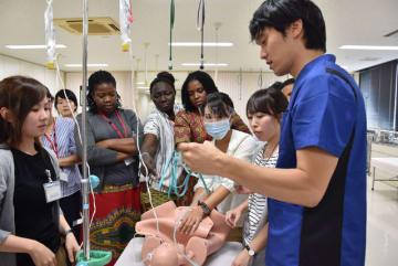 産後出血の処置法について学ぶJICA九州研修生ら