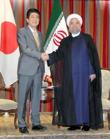 会談を前に握手するイランのロウハニ大統領(右)と安倍首相=19日、ニューヨーク(代表撮影・共同)