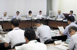 神戸製鋼所の石炭火力発電所増設計画について審議する神戸市環境影響評価審査会=5日、神戸市中央区