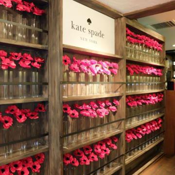 店内の壁一面にポピーの花