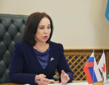 ロシア・サハリン州で、共同通信加盟社論説研究会の訪問団と会見するシェルビナ首相=20日(共同)