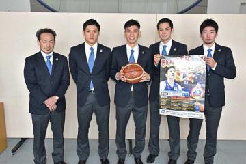 東奥日報社を訪れ、今季の活躍を誓う佐藤ヘッドコーチ(左)、下山主将(中央)ら青森ワッツの選手たち=21日、青森市