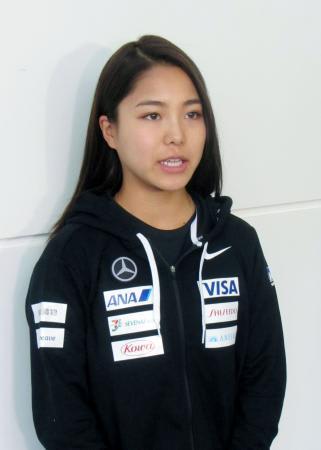 スロベニアへの出発を前に、取材に応じるノルディックスキー・ジャンプ女子の高梨沙羅=22日午前、羽田空港