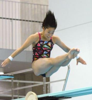 女子3メートル板飛び込みで優勝した板橋美波=金沢プール