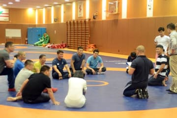 韓国フリースタイルを支える朴章洵コーチ(右から2人目、両ひざ立ち)も参加したアジア・クリニック