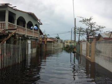 ハリケーン「マリア」の襲来で冠水した道路=21日、プエルトリコ・サンフアン近郊(ロイター=共同)