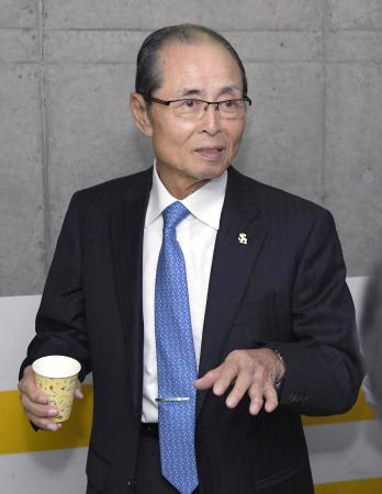 プロ志望を表明した清宮幸太郎内野手について、記者の質問に答えるソフトバンクの王貞治球団会長=23日、ヤフオクドーム