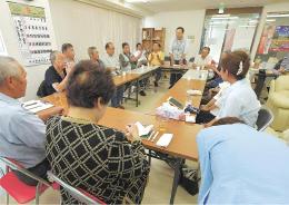 衆院解散を目前に、選挙準備が本格化する事務所で支持者に頭を下げる候補予定者(右)=24日、仙台市(写真は一部加工しています)