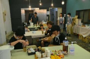 まちづくり団体が開いたカフェで一休みする市民やボランティア=24日午後0時14分、津久見市中央町