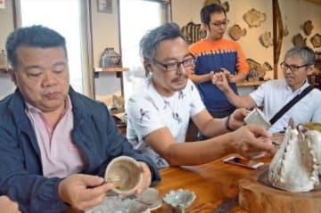 左から石懷斌さん、大沢聡さん。奥が小杉隆治さん=唐津市の小杉窯