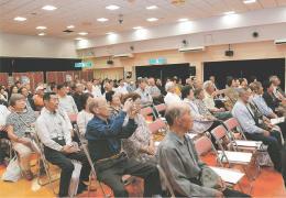 立候補予定者の話に耳を傾ける集会の出席者=2017年9月24日、宮城県大崎市