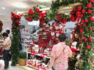 マニラのショッピングモールに設けられたクリスマス関連商品のコーナー=6日(共同)