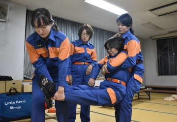 応急手当普及員の講習で負傷者搬送法を学ぶ国富町消防団の女性団員たち