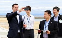 須磨海岸を視察するブライス・エルサー氏(左)=神戸市須磨区、須磨海岸
