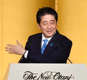 日中の国交正常化45周年の祝賀を兼ねた中国の建国記念日を祝う式典で、あいさつする安倍首相=28日午後、東京都内のホテル