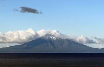 初冠雪した利尻山=29日午前、北海道稚内市から撮影(稚内地方気象台職員提供)