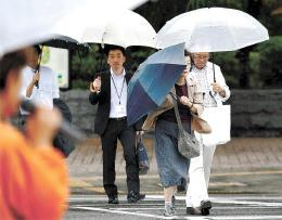 衆院が解散し、雨の中で市民に支持を訴える候補予定者=28日午後0時20分ごろ、仙台市青葉区国分町3丁目
