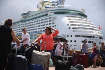 28日、プエルトリコの首都サンフアンで、米フロリダ州に向かう船への乗り込みを待つ避難民ら(ゲッティ=共同)