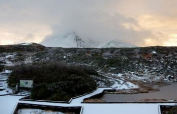 初冠雪した北海道最高峰の大雪山系旭岳=30日早朝(旭岳ロープウェイ提供)