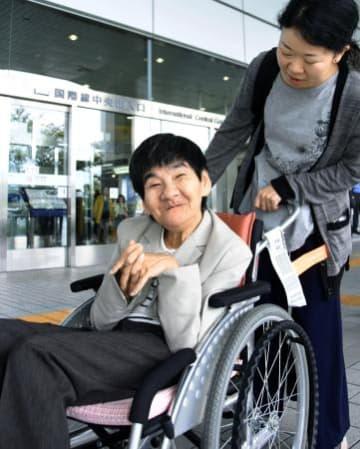 福岡空港に帰国した胎児性水俣病患者の坂本しのぶさん=1日