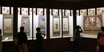 11年ぶりに公開された絵図「八幡三神像」(右端)など、仁和寺の宝物を紹介する会場=1日午後1時半、京都市右京区