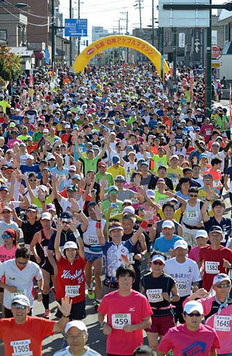 号砲とともに秋晴れのコースへ一斉に飛び出すフルマラソン出場者=1日午前9時、弘前市森町