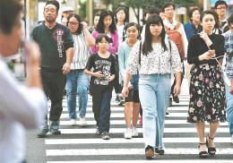 衆院解散後初の日曜日、立候補予定者は街頭に繰り出し、支持を呼び掛けた=1日、仙台市中心部