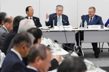 東京五輪の準備状況を確認する事務折衝であいさつする組織委の森喜朗会長(奥中央)。右端はIOCのコーツ調整委員長=3日午前、東京都港区