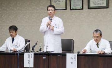 記者会見で謝罪する稲垣暢也京都大病院長(中央)ら=3日午後、京都市