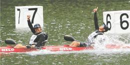 カヌー少年男子スプリント・カヤックペア(500メートル)で優勝し喜ぶ宮城・中新田高の今野(左)、佐々木組