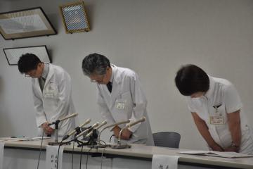 モルヒネの過剰投与で女性が死亡した事故で謝罪する村田実病院長(中央)ら=水戸市双葉台