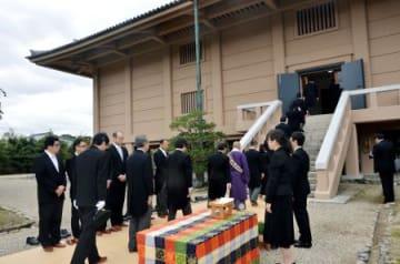 正倉院で行われた年に1度、宝庫の扉を開ける「開封の儀」=4日午前、奈良市