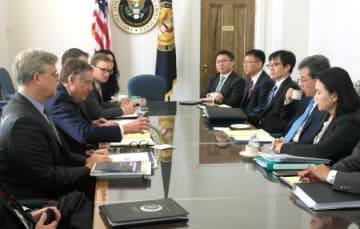 ワシントンで会合した米国(左側)と韓国の通商担当者ら。FTAの再交渉で事実上合意した=4日(聯合=共同)