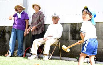 記念大会参加者の様子を見守り、笑顔を見せる瀬戸山さん(右から2人目)