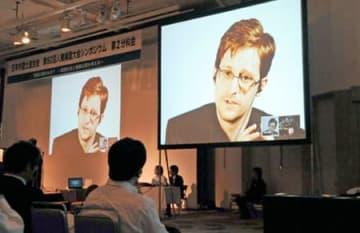 米国政府の大規模監視の実態やプライバシーの意味について話すスノーデン氏(大津市におの浜4丁目・びわ湖大津プリンスホテル)