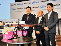 ドローンによるコンビニ商品の配送に取り組む(右から)竹増氏、桜井市長、三木谷氏
