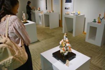 日本台湾交流協会で展示された博多人形などを鑑賞する人=7日、台北市(共同)